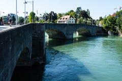 La vista del Reno da rheinfelden la Svizzera nella vista lontana dell'estate immagine stock