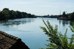 La vista del Reno da rheinfelden la Svizzera nella vista lontana dell'estate fotografia stock libera da diritti