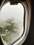La vista del sedile di finestra è nuvole di manifestazioni ed e vista del paesaggio fotografia stock libera da diritti