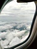 La vista del sedile di finestra è nuvole di manifestazioni ed e vista del paesaggio fotografie stock