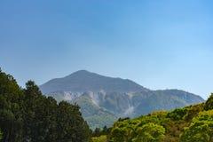 La vista del soporte Buko o Buko-zan, explotación minera intensiva dejó sus cicatrices en la montaña foto de archivo libre de regalías