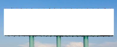 La vista del tabellone per le affissioni di pubblicità in bianco enorme con il backg del cielo blu Immagini Stock