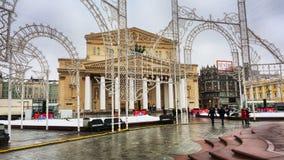 La vista del teatro famoso de Bolshoi de su cuadrado se entregó por las decoraciones de la Navidad Fotos de archivo libres de regalías