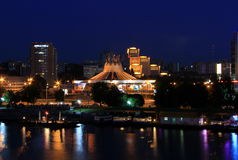 La vista del terraplén de Dnipro del nuevo puente en la noche, luces reflejó en el agua Fotografía de archivo libre de regalías