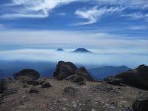 La vista del tolhuaca e del vulcano lonquimay alza dalla sierra Nevada in peperoncino rosso fotografie stock