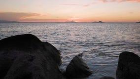 La vista del tramonto ondeggia la rottura sulla spiaggia tropicale dell'isola Onde del mare sulla bella isola Seychelles archivi video