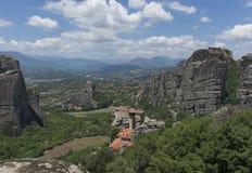 La vista del valle, los monasterios del día soleado de Meteora Imagenes de archivo