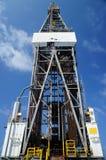 La vista delantera de alza con gato la torre de perforación del aparejo Imagen de archivo libre de regalías