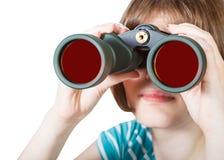 La vista delantera de la muchacha mira a través de los vidrios de campo Fotos de archivo
