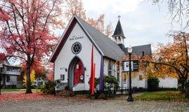 La vista delantera de los artes se centra en iglesia vieja en Corvallis céntrico Imagenes de archivo