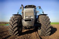 la vista delantera del primer rueda el capo del tractor en campo arado Fotografía de archivo libre de regalías