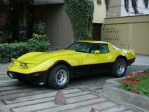 La vista delantera y lateral de un Chevrolet Corvette amarillo y negro parqueó en San Isidro, Lima Fotografía de archivo libre de regalías