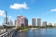 La vista dell'acqua dell'orizzonte dal ponte reale del parco in West Palm Beach, Florida, U.S.A. Fotografia Stock