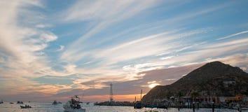 La vista dell'alba di Fishermans dei pescherecci che escono per il giorno dopo le terre si conclude in Cabo San Lucas nella Bassa Immagine Stock Libera da Diritti