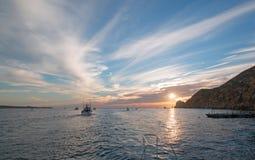 La vista dell'alba di Fishermans dei pescherecci che escono per il giorno dopo le terre si conclude in Cabo San Lucas nella Bassa Immagini Stock