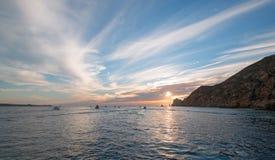 La vista dell'alba di Fishermans dei pescherecci che escono per il giorno dopo le terre si conclude in Cabo San Lucas nella Bassa Fotografia Stock Libera da Diritti