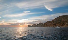 La vista dell'alba di Fishermans dei pescherecci che escono per il giorno dopo le terre si conclude in Cabo San Lucas nella Bassa Fotografia Stock