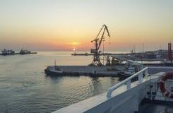 La vista dell'alba e un porto crane dalla nave fotografia stock