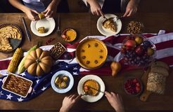 La vista dell'angolo alto della tavola è servito per la cena di ringraziamento fotografia stock