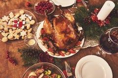 La vista dell'angolo alto della tavola è servito per la cena della famiglia di Natale tabulazione immagine stock