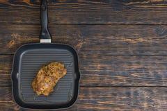 La vista dell'angolo alto di carne marinata pronta su una leccarda sopra corteggia Fotografia Stock