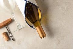 La vista dell'angolo alto di una bottiglia di vino di Chardonnay si è avvolta in un asciugamano con il bicchiere di vino e la cav immagini stock libere da diritti