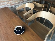 La vista dell'angolo alto ha sparato di nessuno alla tavola con soltanto un caffè caldo fotografie stock