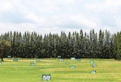 la vista dell'iarda del campo da golf firma per la gamma di azionamento di pratica del golf Fotografia Stock Libera da Diritti