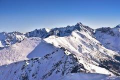 La vista dell'inverno di alta montagna di tatra e Swinica alzano Fotografie Stock
