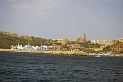 La vista dell'isola di Gozzo presa dal mare fotografie stock