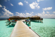 La vista dell'isola di vilamendhoo ai bungalow dell'acqua parteggia nell'Oceano Indiano Maldive Fotografie Stock