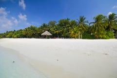 La vista dell'isola di vilamendhoo ai bungalow dell'acqua parteggia nell'Oceano Indiano Maldive Fotografie Stock Libere da Diritti
