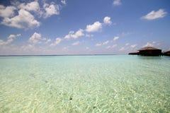 La vista dell'isola di vilamendhoo ai bungalow dell'acqua parteggia nell'Oceano Indiano Maldive Fotografia Stock