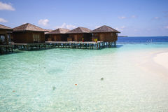 La vista dell'isola di vilamendhoo ai bungalow dell'acqua parteggia nell'Oceano Indiano Maldive Fotografia Stock Libera da Diritti