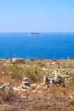 La vista dell'isolotto di Filfla con la parte della costa di Qrendi sulle FO Immagini Stock
