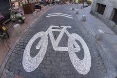 La vista dell'occhio di pesce 180 di un incrocio della bicicletta firma dentro la città di Madr Immagini Stock Libere da Diritti