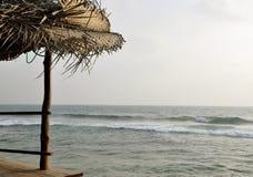La vista dell'oceano da un caffè in Sri Lanka fotografia stock