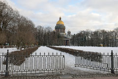 La vista della cattedrale del ` s della st Isaac ed il recinto di Alexander fanno il giardinaggio fotografie stock