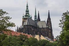 La vista della cattedrale metropolitana dei san Vitus, Wenceslaus e Adalbert è una cattedrale metropolitana cattolica a Praga Fotografie Stock Libere da Diritti