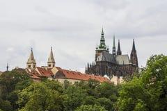 La vista della cattedrale metropolitana dei san Vitus, Wenceslaus e Adalbert è una cattedrale metropolitana cattolica a Praga Fotografia Stock