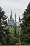 La vista della cattedrale metropolitana dei san Vitus, Wenceslaus e Adalbert è una cattedrale metropolitana cattolica a Praga Immagini Stock Libere da Diritti