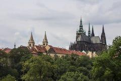 La vista della cattedrale metropolitana dei san Vitus, Wenceslaus e Adalbert è una cattedrale metropolitana cattolica a Praga Immagine Stock Libera da Diritti