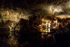 La vista della caverna del lago con la riflessione dell'acqua in Australia occidentale Fotografia Stock