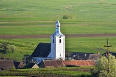 La vista della chiesa bianca in un villaggio Aita Seaca, Covasna romania Immagini Stock Libere da Diritti
