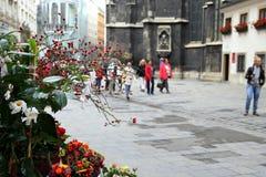 La vista della città con i fiori sulla priorità alta Fotografie Stock Libere da Diritti