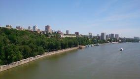 La vista della città dal ponte immagine stock