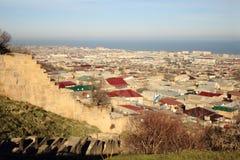 La vista della città di Derbent dalla fortezza di Naryn-Kala Immagine Stock