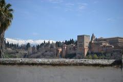 La vista della città di Granada con Alhambra, Andalusia, Spagna, il villaggio bianco, pueblo blanco e l'architettura spagnola immagine stock