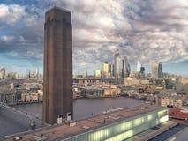 La vista della città di Londra del distretto finanziario ha animato la vista attraverso tate moderno, ponte di millennio con gli  stock footage