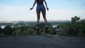 La vista della città, il movimento della macchina fotografica indietro, nel telaio compare gambe femminili negli stivali di salti stock footage